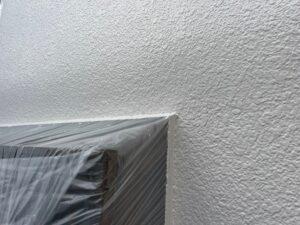 白い壁に窓の養生