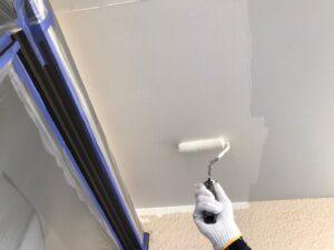 グレーの天井を白いペンキをローラーで塗装