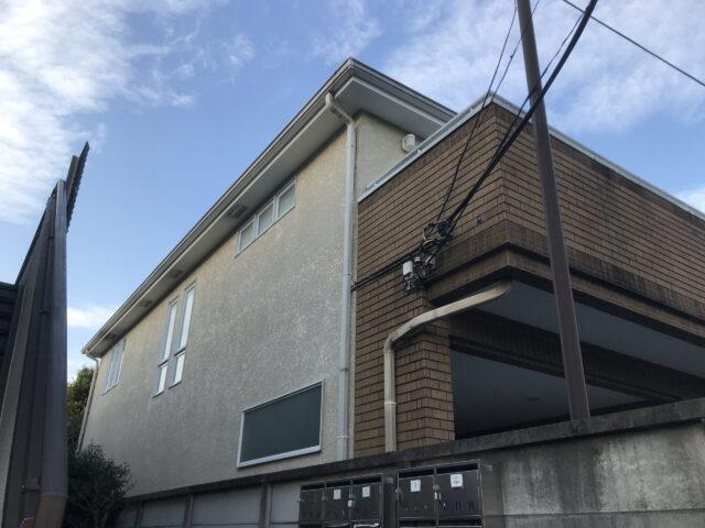 外壁塗装される前の茶色いタイルの大きな家