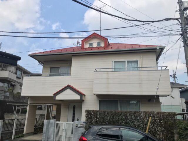 外壁塗装をする前の赤い屋根に汚れたクリーム色の外壁の家