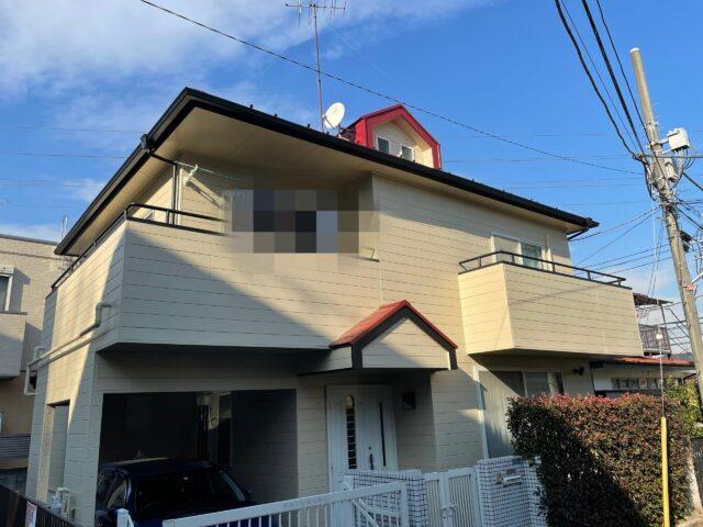 外壁塗装を終えた赤い屋根に綺麗なクリーム色の外壁の家