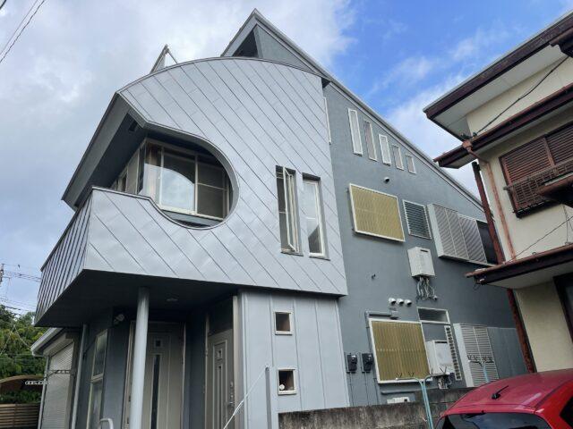 外壁塗装を行った後のシルバーとグレーの家