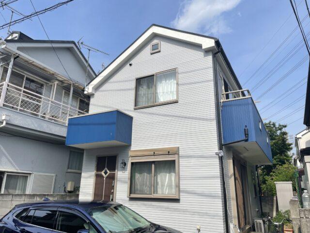 外壁塗装アフター写真でグレーとブルのーツートンカラーのサイディングの外壁が写真映えする戸建住宅