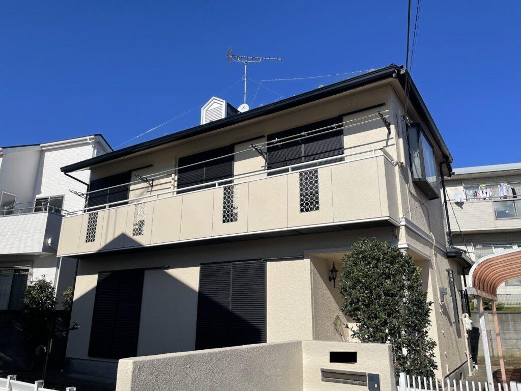 外壁塗装を行った後の綺麗なクリーム色の外壁の家