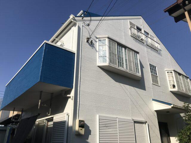 白と青のツートンカラーの戸建て