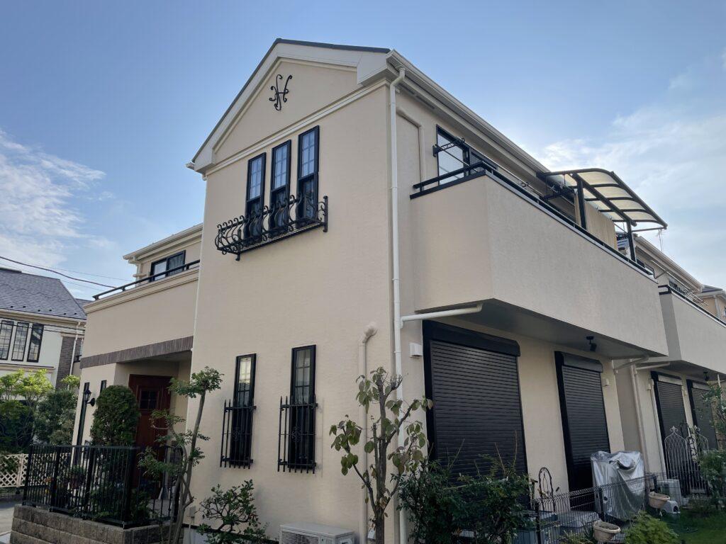 外壁塗装を終え綺麗になったクリーム色の外壁の家