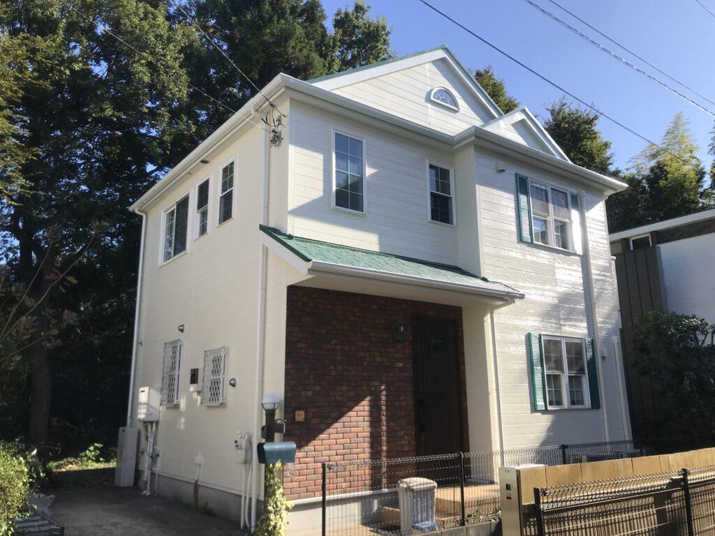 窓が沢山ある塗装後の白いピカピカの家
