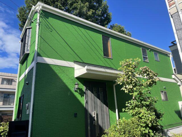 鮮やかなグリーンの外壁の戸建て
