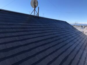 施工後の黒いペンキを塗り終えた屋根