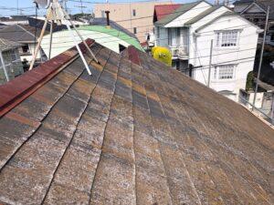 長年の放置によりひどく汚れてしまっている屋根