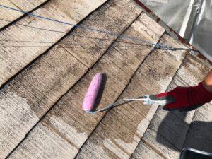 ローラーで下塗りされる屋根