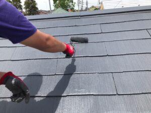 黒の塗料を塗られ生まれ変わった屋根