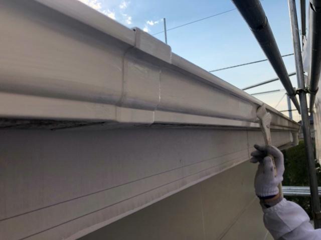 雨樋を塗装する様子