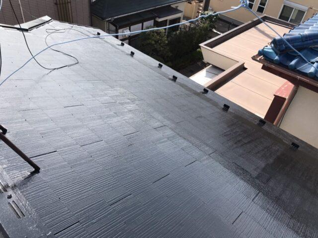 施工後の黒いピカピカの屋根