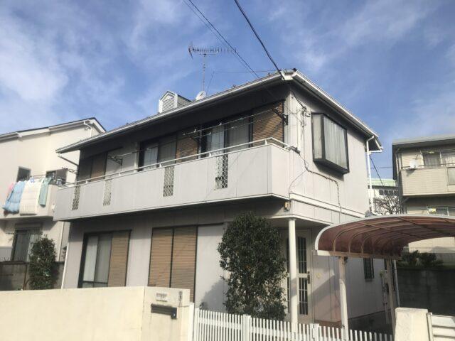 外壁塗装を行う前のベランダの広い、白い外壁の家