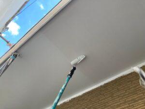 軒天に白色ペンキをローラーで塗装