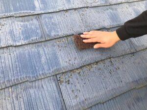 藻や苔がついた屋根を取り除く作業