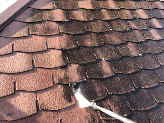 高圧洗浄機で洗浄される、塗装前の屋根