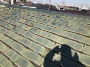 施工前の藻や苔のついた屋根