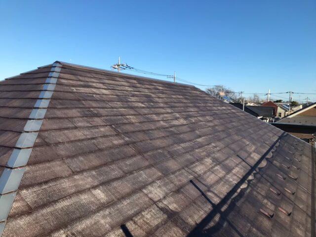 長年の放置によって汚れてしまった茶色い屋根