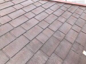 施工前の汚れた茶色い屋根
