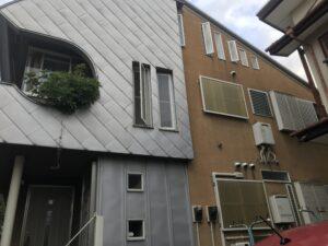 外壁塗装を行う前のシルバーとオレンジの家