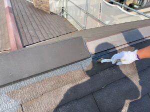 ハケで丁寧にグレーに塗られる屋根