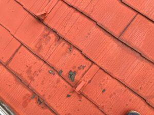 長年放置されダメージを負った屋根