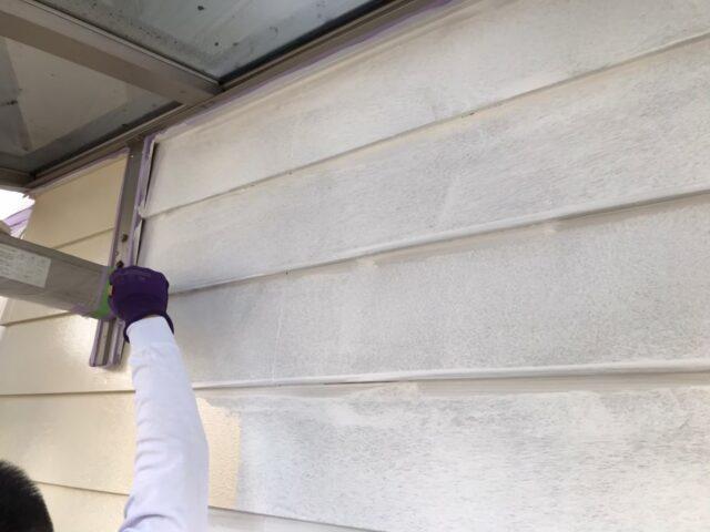 塗装前の汚れた白い外壁