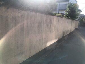 汚れの目立つベージュ色の塀