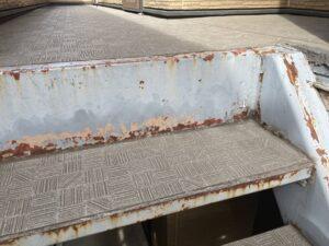 錆びて塗料が剥がれた階段