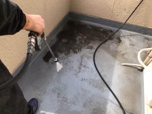 高圧洗浄機で汚れを落とされるベランダ