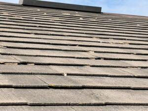劣化し汚れた屋根