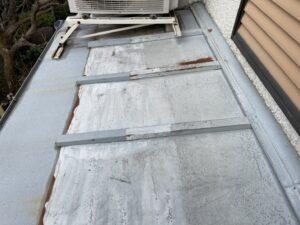 施工前の鉄の屋根