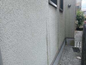 施工前の雨だれのある外壁