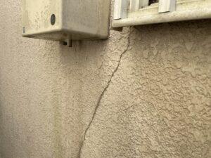 長年の放置によってヒビが入っている外壁