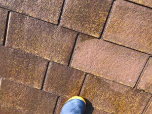 苔や藻がついた茶色い屋根を高圧洗浄
