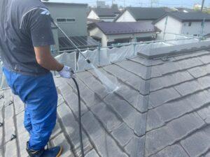 藻や苔のついた屋根に高圧洗浄