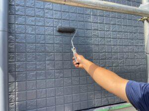 ローラーで塗り直されるタイル面