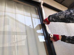 塗料が付着しないように養生されている窓の縁