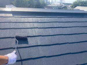 黒いペンキで屋根を塗装