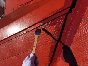 縁を赤く塗られている屋根