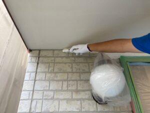 電気と玄関の養生を避け刷毛で縁取り
