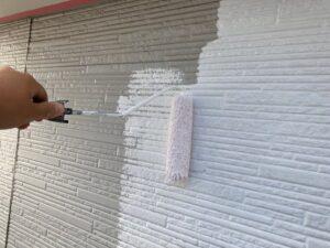 白いペンキで塗装された外壁