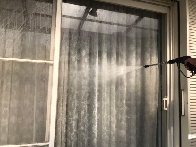 高圧洗浄機で洗浄される窓