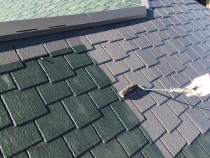 緑色の屋根にグレーのペンキをローラーで塗装