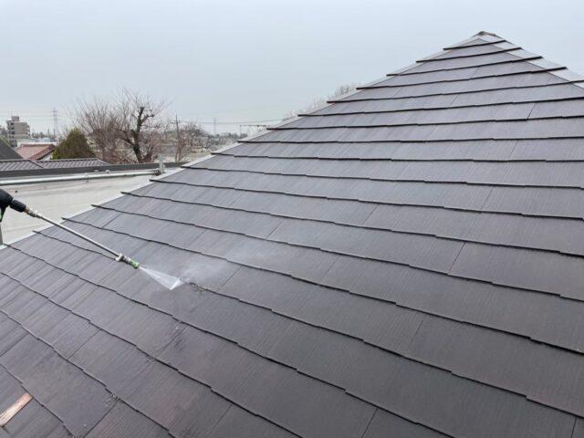 高圧洗浄機で洗浄される茶色い屋根