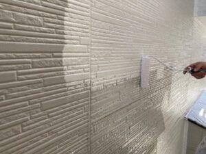 白いペンキを壁に塗装
