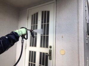 高圧洗浄機で洗浄されている玄関のドア