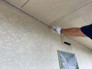 軒天を刷毛で塗装